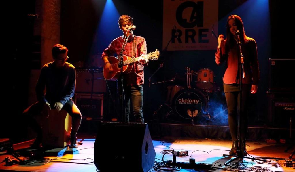 Àngel Gómez (centro), junto a Iván Etchebere y Clara Febrer (Z Àngel Gómez) en una de sus actuaciones en el Akelarre. Foto: Facebook Àngel Gómez.