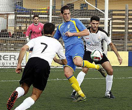 Zurbano trata de llevarse el balón ante dos jugadores del Rotlet.