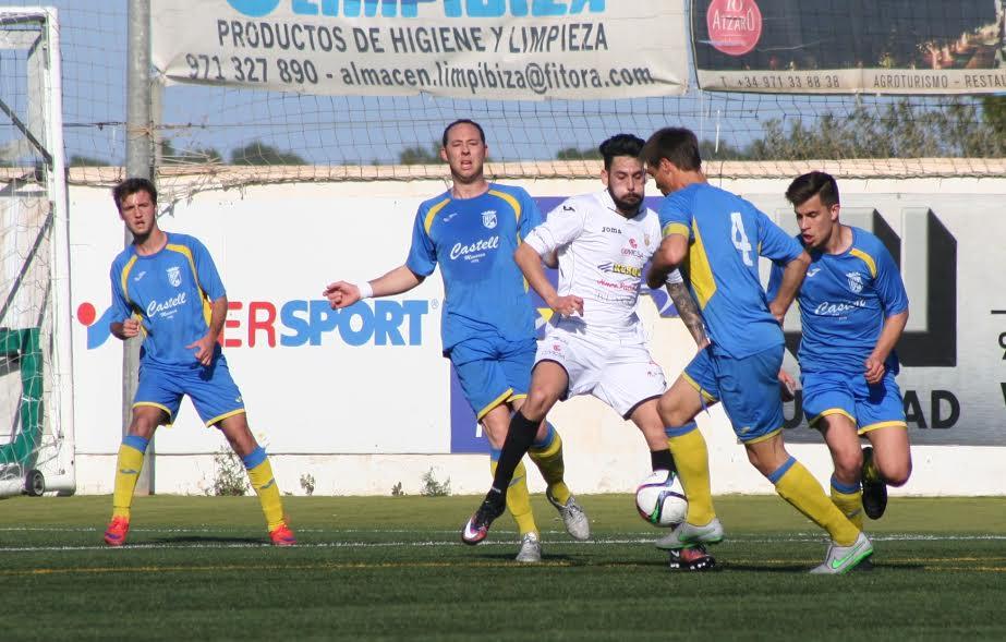 Raúl trata de sacar el balón controlado durante el partido (Fotos: noudiari.es)