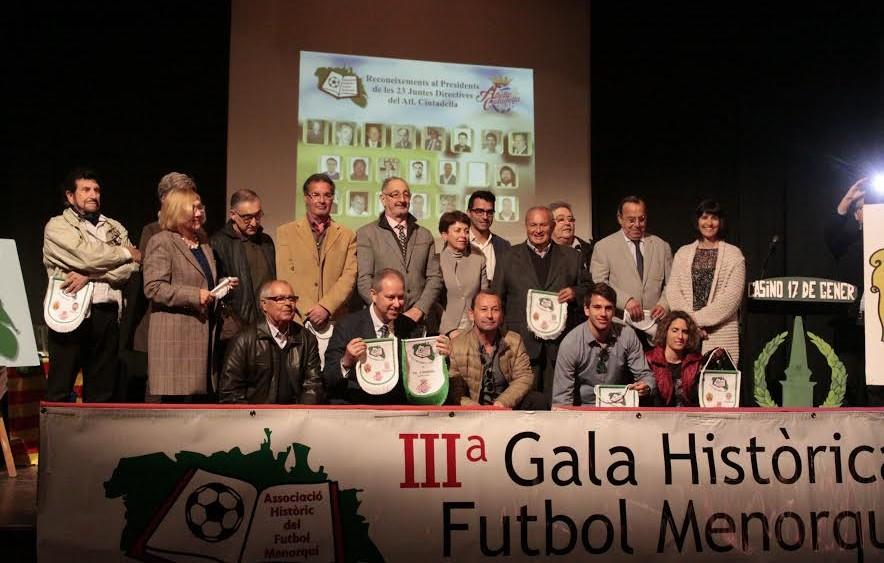 Imagen de los reconocidos por el aniversario del Atlètic Ciutadella (Fotos. deportesmenorca.com)
