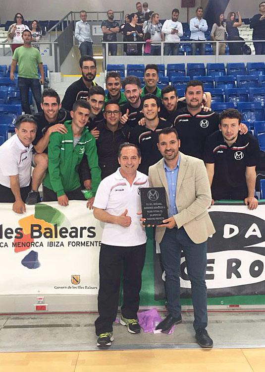 Manuel Pérez y los integrantes del equipo, entregando el obsequio a José Tirado (Foto: Palma Futsal)