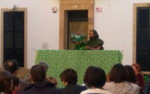 El cuentacuentos 'El drac poeta' de Sin Telón ha iniciado las actividades de la tarde.