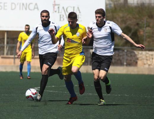 Robert conduce ante Paco Plata y Xisco Garí en el Constància-Mercadal del pasado domingo (Foto: futbolbalear.es)
