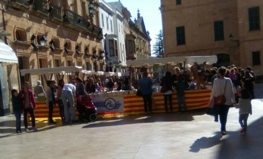 Imagen de las paradas de las librerías en Ciutadella a primera hora de la tarde.