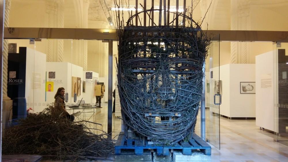La escultura en construcción es lo  primero que se ve al entrar en El Roser.