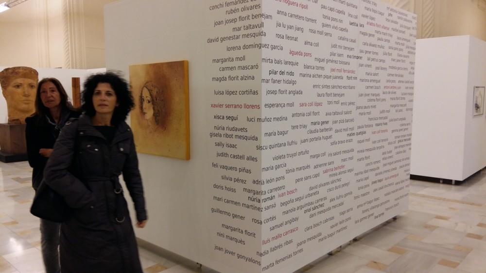 Los nombres de los participantes, de quienes también puede verse una pequeña fotografía en una vitrina, están inscritos en uno de los paneles.