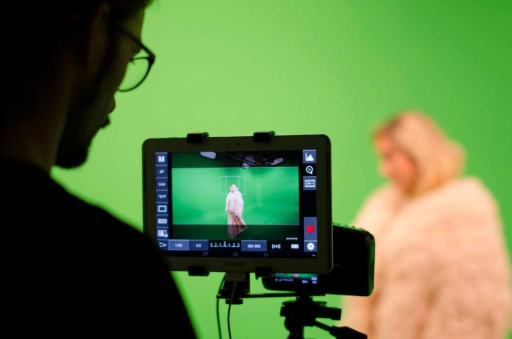 Momento del rodaje, con Albert Mir tras la cámara y con Aida de Sarraga como Dama. Foto: Facebook Melilotus.