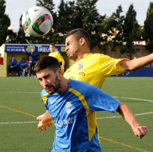 Eric, autor del gol menorquín, pugna con un adversario.