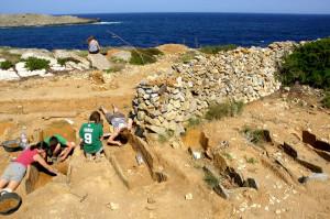 Un grupo de estudiantes trabaja en una de las tumbas de la zona.