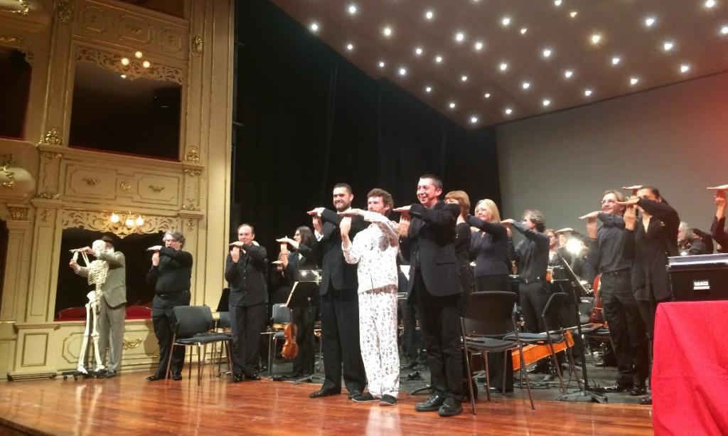 El gesto de la Simfònica, junto al conseller menorquín de Cultura, ha tenido lugar en el escenario del Teatre Principal de Maó. Foto: CAIB.