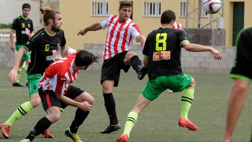 David Mas trata de alcanzar un balón durante el partido (Fotos: Tolo Mercadal)
