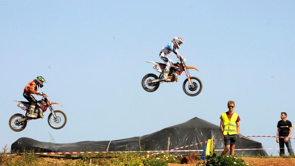 Espectacular salto de dos motos durante la prueba (Fotos: Tolo Mercadal)
