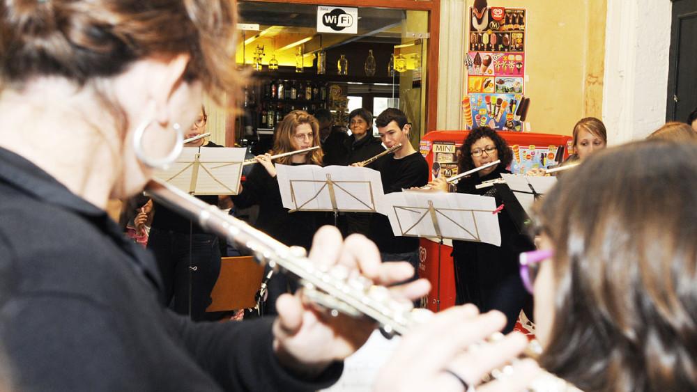 Diversos momentos del espectáculo musical que ha sido este 'flutemob' en Maó. Fotos: Tolo Mercadal.