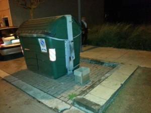 Imagen de la caja y del contenedor junto al que fueron encontrados los gatitos. Foto: Protectora d'Animals de Ciutadella.