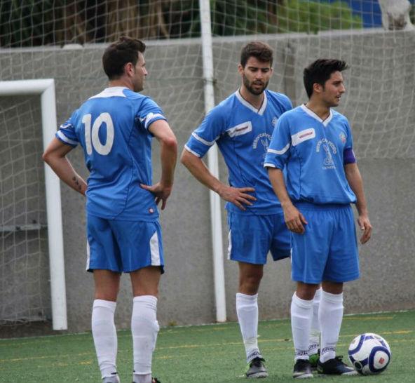 Tres jugadores del Génova, antes del lanzamiento de una falta (Foto: futbolbalear.es)