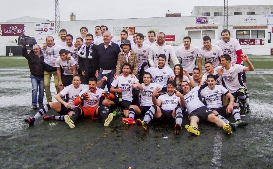 Jugadores, técnicos, directivos y políticos, celebrando el título del Alaior sobre el césped (Fotos: Manolo Barro)