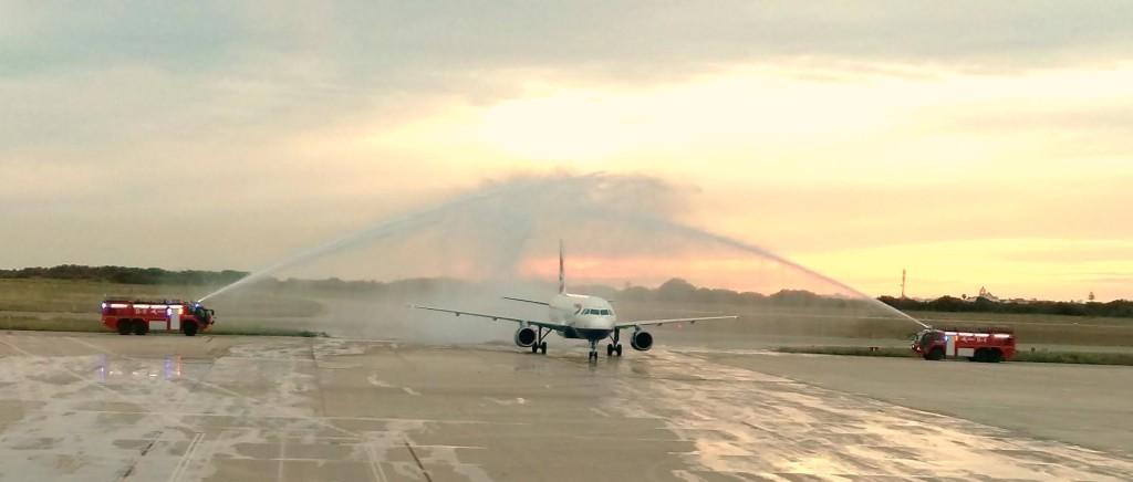 Arco de agua a la llegada del primer vuelo de British Airways procedente de London-Heathrow  (Foto: Aena)