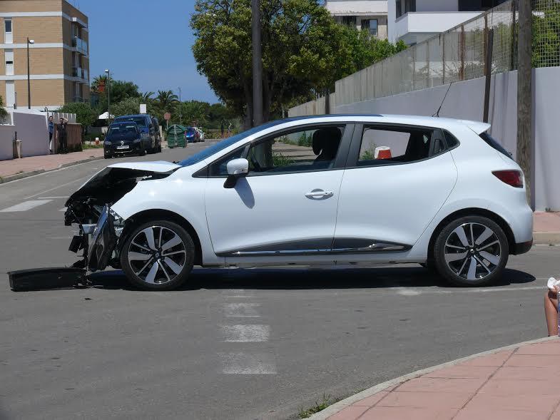 Imagen de cómo quedó uno de los vehículos tras el accidente (Fotos: Policía Local)