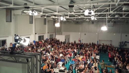 Imagen del polideportivo completamente lleno (Fotos: @JesusCalleja)