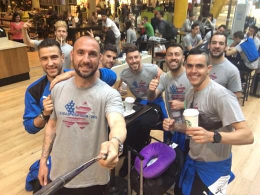 Enrich y varios jugadores del Eibar, en el aeropuerto rumbo a EEUU (Fotos: SD Eibar)