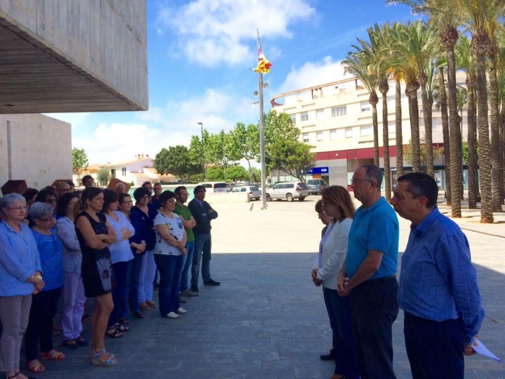 Imagen del minuto de silencio en la sede del Consell en Maó.