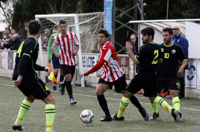 David Mas trata de superar a varios jugadores del Montuïri (Foto: futbolbalear.es)