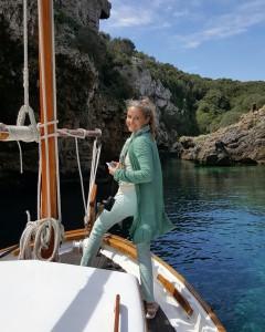 Carla Royo, a bordo del Amdastor 67. FOTO.- Hola.com