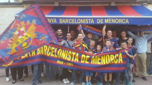 Hinchas del Barça celebrando el título en Maó.