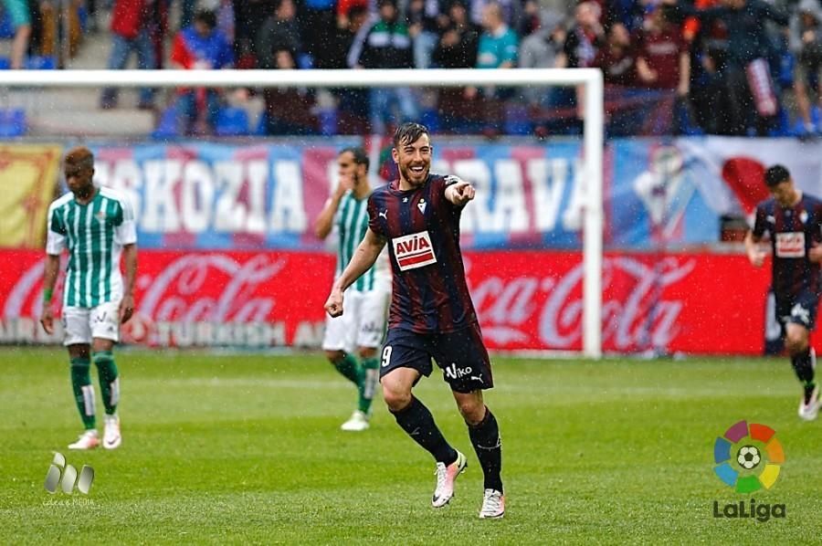 Sergi Enrich celebra el gol logrado ante el Betis (Foto: laliga.es)