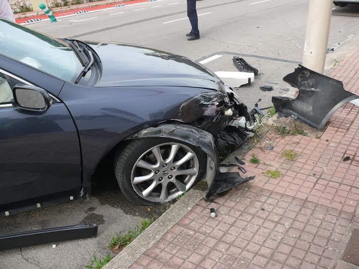 Imagen del coche accidentado tras impactar contra la farola (Foto: Policía Local de Ciutadella)