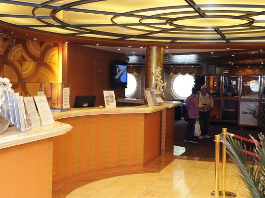 (fotos) Todas las comodidades del mayor crucero que atracó en Maó