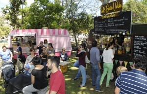Encuentro de 'food trucks' y puestos locales para una deliciosa oferta gastronómica. FOTO.- Tolo Mercadal