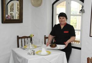Joaquina Moraguera prepara los caracoles de s'Engolidor.