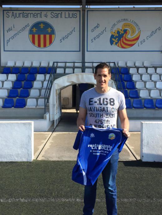 Zurbano, posando con la camiseta del Sant Lluís (Foto: ccesantlluis.es)