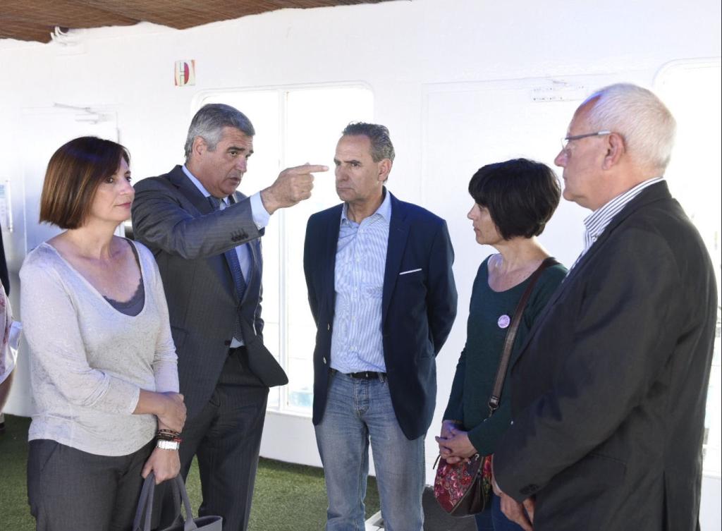 Autoridades y gestores de Baleària, duranta la presentación del barco.