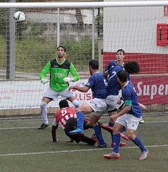 Domi remata en el partido ante el San Rafael (Foto: deportesmenorca.com)