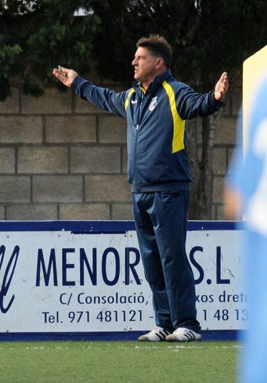 Pere Vadell, gesticulando en un partido del Penya (Foto: Tolo Mercadal)