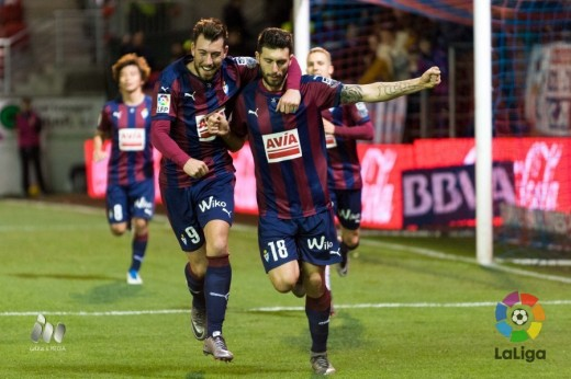 Enrich celebra un gol con Borja Bastón.