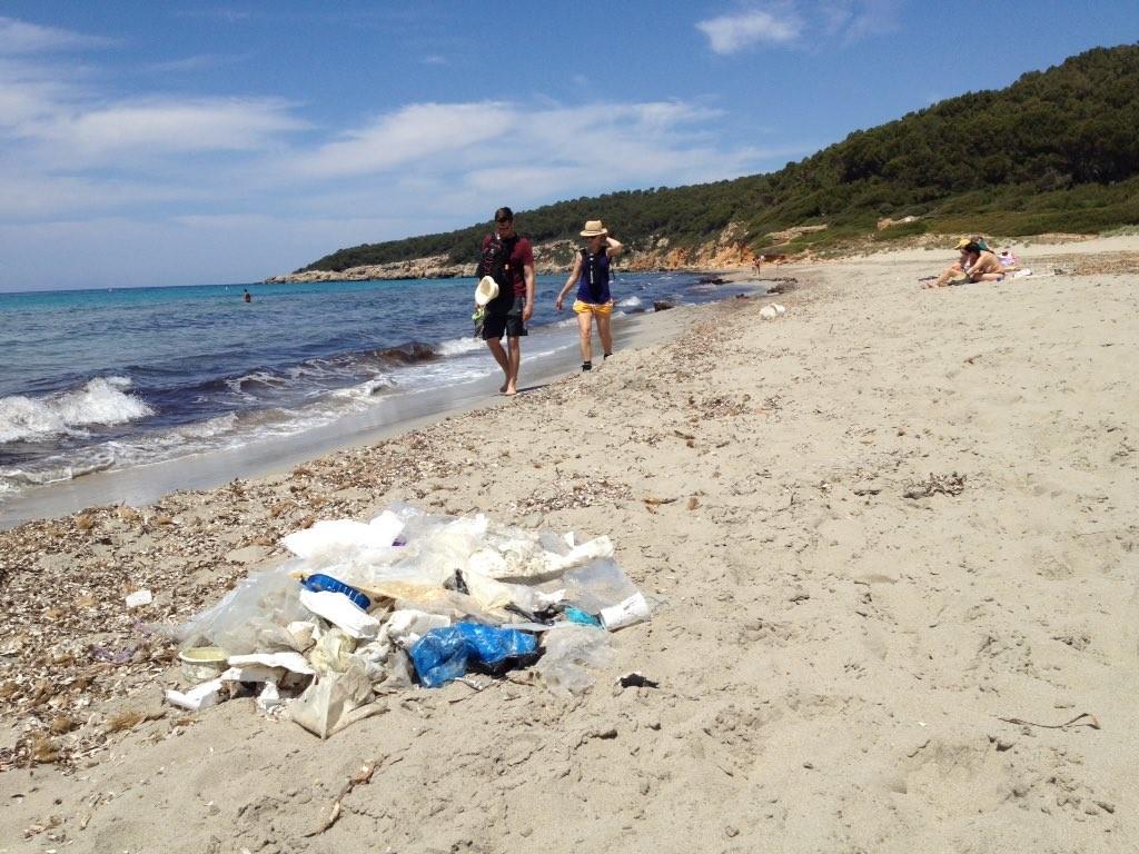 Imagen de la suciedad en la playa (Fotos: @Menorcalitoral)