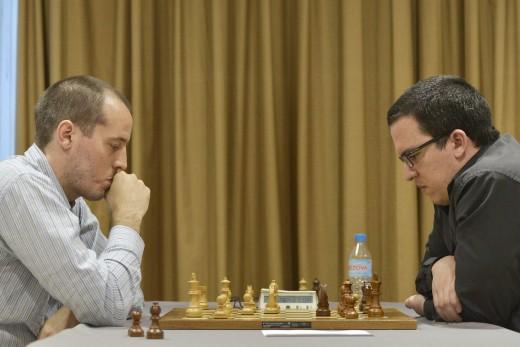 Vallejo, durante su partida con Renier Vázquez (Foto: @fotosdeajedrez)