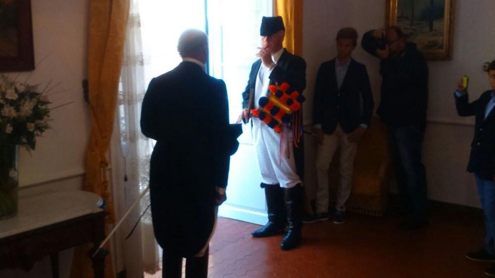 El fabioler Sebastià Salort dando el 'primer toc' del Dia des Be y de las fiestas de Sant Joan. Foto: Foto Studio Hernando.
