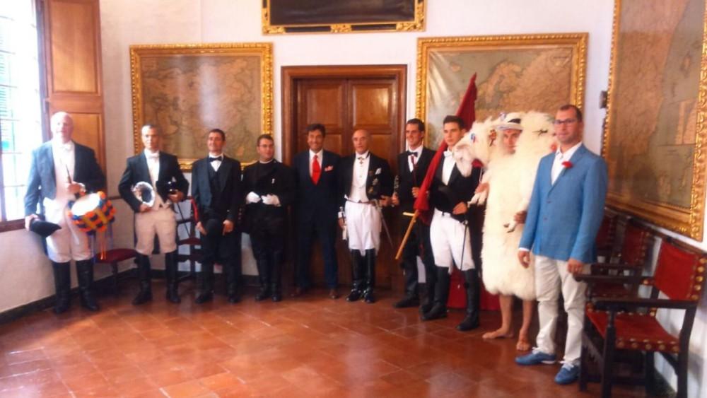 La Comitiva des Be, ya con la bandera en manos del caixer Fadrí, posando antes del 'primer toc' en cas caixer Senyor. Foto: Foto Studio Hernando.