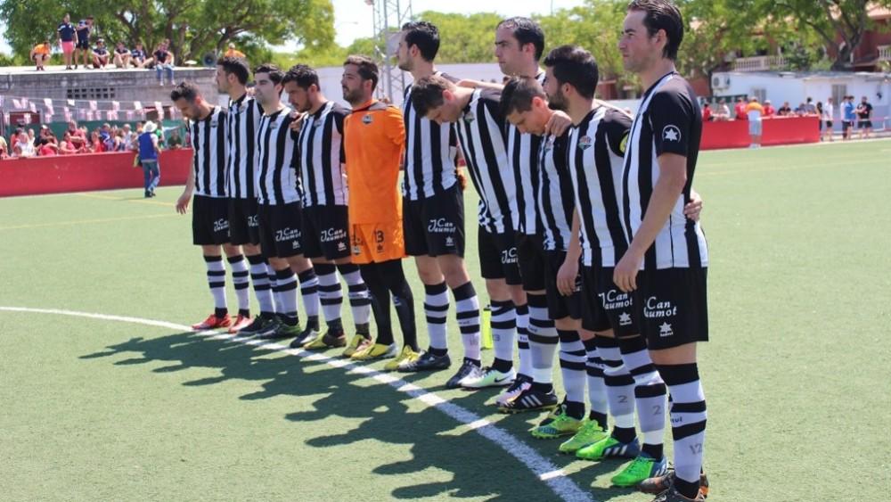 Formación del Alaior este domingo en Son Cladera (Fotos: futbolbalear.es)
