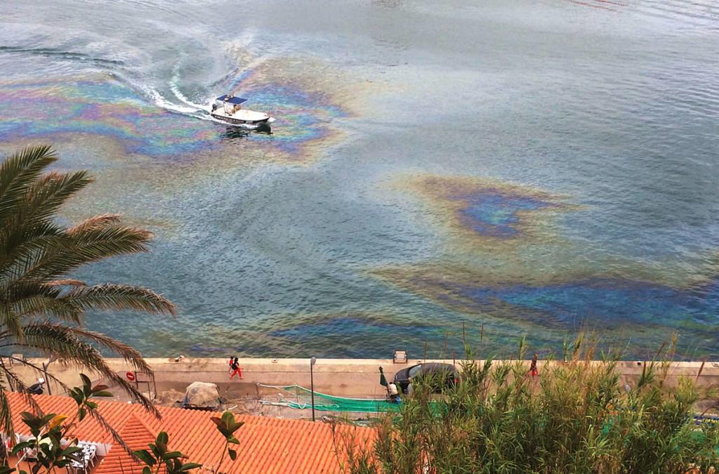 Imagen de la mancha de aceite en el puerto de Maó.