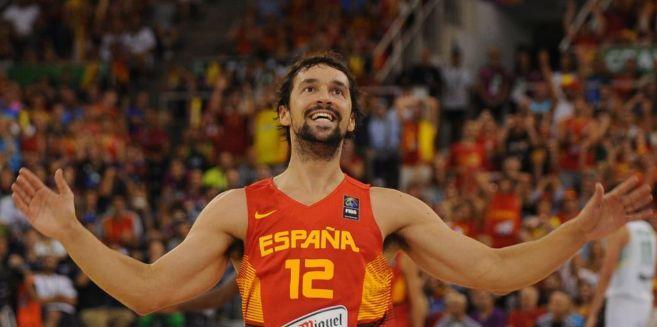 Llull celebra una canasta con la selección española.