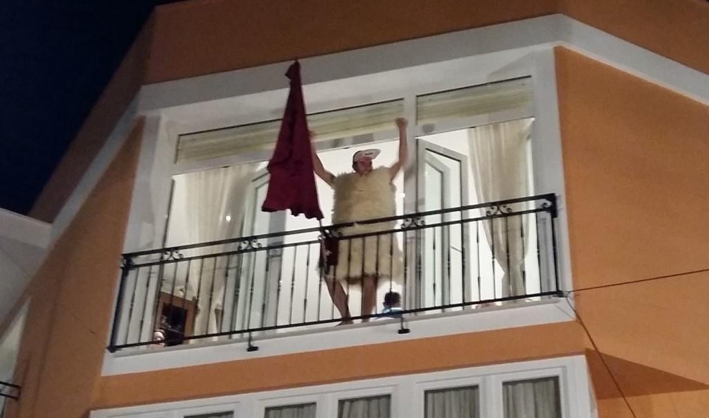 S'Homo des Be saludando desde el balcón de cas caixer Casat.
