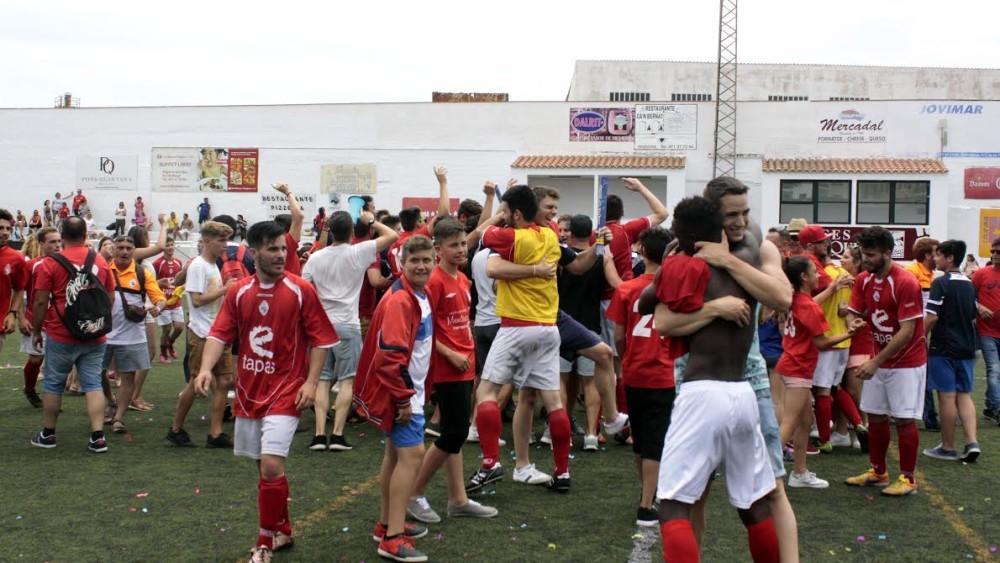 Jugadores y afición del Son Cladera celebran el ascenso (Fotos: deportesmenorca.com)