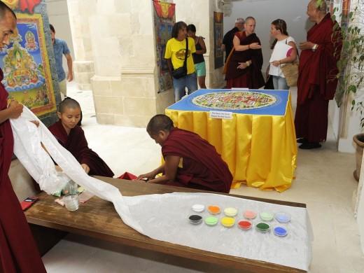Así es el mandala de arena que los monjes budistas han creado en el Museu de Menorca