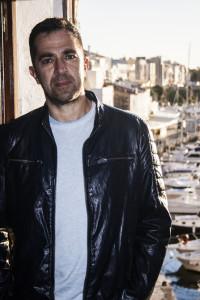 El autor posa con el puerto de Ciutadella de fondo.
