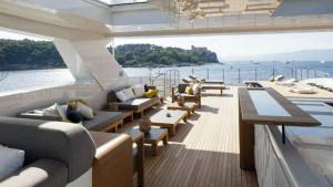 La amplia terraza es una de las grandes cualidades del yate.